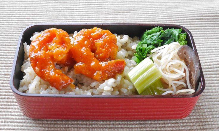 海老チリ、菜花お浸し、椎茸ビーフン、セロリピクルス、玄米150g間に刻み海苔