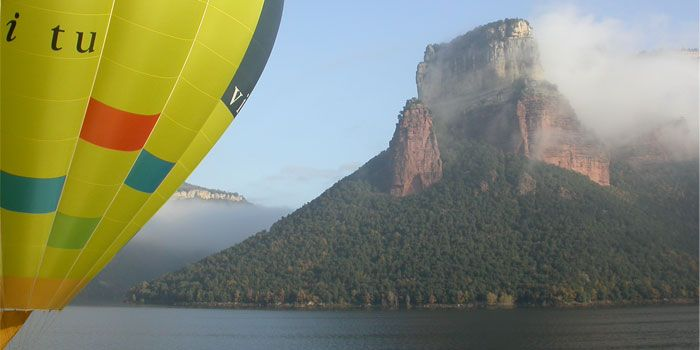 Hot air ballooning over the Sau reservoir - Hot air ballooning is always quite an experience. If you would like to try it, one of the best places to go is the region of Bages, where hot air ballooning is one of the most popular active tourism attractions #bcnmoltmes #bages #ballon