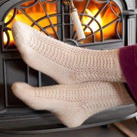 Voeten in oma's sokken, voor de kachel.