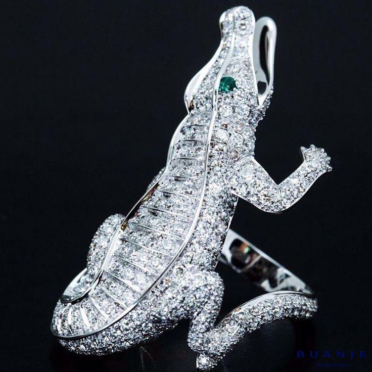 Белое золото, бриллианты, изумруды . Неординарность и оригинальность даже в мелочах характерны для экспрессивной, активной, яркой и страстной натуры. Только девушка – пламя, необыкновенно притягательная и опасная, сможет примерить и влюбиться в изысканное кольцо, выполненное из россыпи бриллиантов, собранных в фигурку изящного и опасного крокодильчика с глазами из великолепных ярких изумрудов. . Индивидуальность и роскошь, темперамент и огненная стихия, воплощенные в великолепном ювелирном…