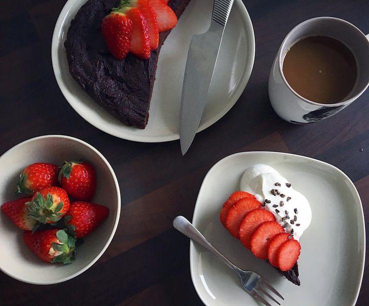 Se det här fotot av @nathaliebirkedal på Instagram • CHOKOKAGE ❤Opskrift: * 2 past. æg * 80g affedtet mandelmel fra @sukrin.dk * 15 dadler * 1tsk bagepulver * 1tsk vaniljesukker * 3 spsk kakaopulver * 40g Sukrin @sukrin.dk * 1 kop stærk kaffe * Evt. 50g hakket chokolade el. nødder  * Bag kagen i en lille form v. 180 grader i ca. 25 minutter.