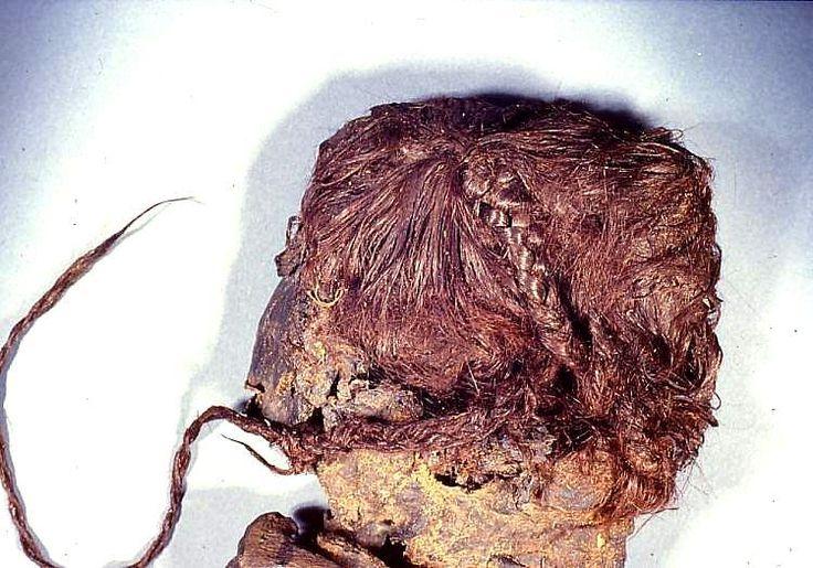 Fue descubierta en 1938, donde 12 años después se dio con el Hombre de Tollund (80 mts. de distancia). Vivió hace unos 2.500 años y murió aproximadamente a los 25 años de edad , ahorcada con un cordón de cuero.