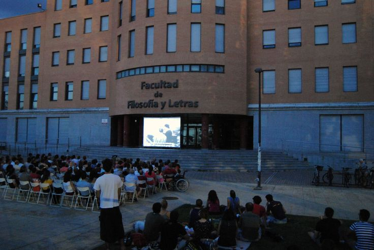 """Tercera sesión del III Ciclo de Cine y Derechos Humanos al aire libre. Se proyectó el documental """"El Puente"""", de Bernhard Wicki (1959), sobre la utilización de niños para combatir en la SGM. Presentó la película Carmen Duce, del Área de Cooperación Internacional al Desarrollo de la Universidad de Valladolid: https://www.youtube.com/watch?v=OgkAd5tgwX0&feature=youtu.be L20/07/2015, 22:00 horas, frente a la puerta principal de la Facultad de Filosofía y Letras de la Universidad de Valladolid."""