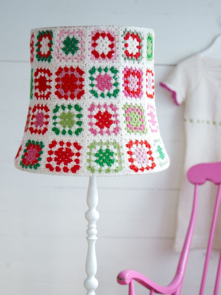 Sanna & Sania: Crochet lampshade - tutorial for granny square with groups of two dc in stead of 3.