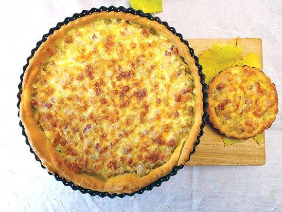 Die beste Jahreszeit für Zwiebelkuchen ist, wenn junger Wein in Franken als Federweißer kredenzt wird. Dazu Fränkischer Zwiebelkuchen hausgemacht. Köstlich!