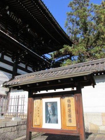 常楽寺の少し手前辺りから三条通は北西から西の方向を転じ、道沿いに進むと程なく、広隆寺の南大門(楼門)側面が見えて来ます。南大門の右前に「太秦広隆寺」と太く陰刻した寺号標石が建てられています。写真には撮れなかったのですが、この大きな石柱の台座は塔礎石が利用されているそうです。
