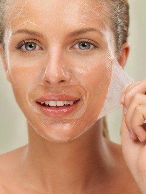 Желатиновые маски для лица: 10 лучших масок.  Желатин активизирует почти все метаболические процессы, происходящие на уровне кожи – улучшает кровообращение, смягчает кожу, отбеливает, разглаживает мелкие морщинки, очищает поры.  1. Омолаживающая желатиновая маска по классическому рецепту  Столовую ложку желатинового порошка залейте 3-мя ст. ложками холодной воды, подождите, пока желатин набухнет (примерно 30-40 минут), затем подогрейте на водяной бане до полного растворения желатина. Дайте…