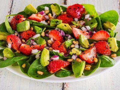 Ensalada de Espinaca con Fresa y Aguacate | ¡Esta ensalada de espinaca con fresa y aguacate es espectacular! Con un sabor acidito y delicioso, que no te hará sentir culpable, además de tener un toque crujiente por los piñones tostados y una fresca vinagreta balsámica.