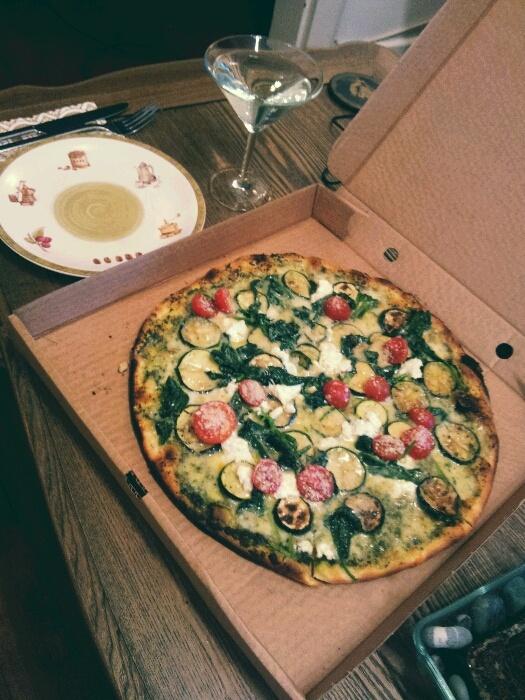 Miss Pizza'dan pesto soslu, kabaklı, ıspanaklı, ricottalı, parmesanlı pizza, yanında da martini.    Zucchini, spinach, ricotta, parmesan pizza with pesto sauce from Miss Pizza and martini to wash it down.