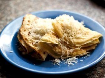 Tejfölös-szalonnás cukkini palacsinta recept: A cukkini egy igen jól variálható zöldség, palacsinta tésztába keverve tökéletes vacsora vagy meleg előétel lehet belőle. Sonkával, tejföllel, sajttal egyszerűen mennyei! :)
