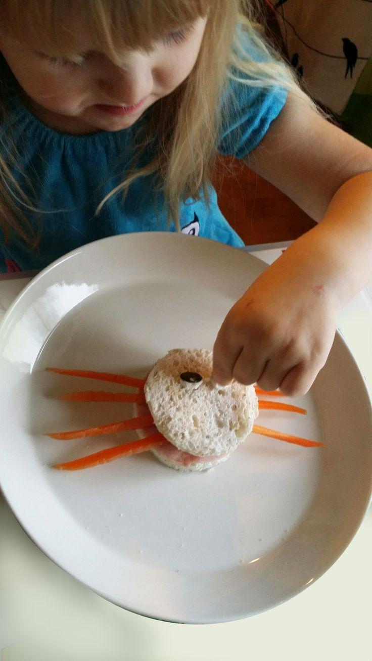 Hämähäkkileipä | lasten | lapset | syksy | halloween | hämähäkki | ruoka | porkkana | terveellinen | välipala | koti | funny | food | spider | carrot | healthy | snack | DIY ideas | kid crafts | Pikku Kakkonen
