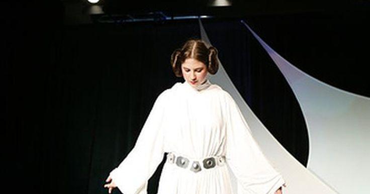 """Ideas para disfraces de la princesa Leia hechos en casa. La princesa Leia Organa es uno de los personajes centrales de la trilogía original de Star Wars. La princesa de Alderaan apareció por primera vez en """"Una Nueva Esperanza"""", con su vestido blanco y el peinado de moño icónico. El traje es muy distintivo, pero también es muy sencillo de hacer en casa. El disfraz entero se puede lograr con algo de ..."""
