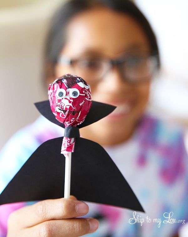 Free printablw cape to make a tootsie pop dracula craft and treat for a Halloween party or favor #print #halloween www.skiptomylou.org
