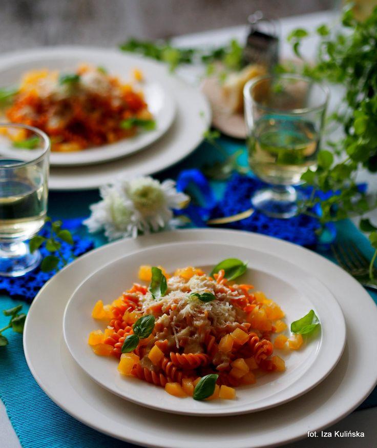 Smaczna Pyza sprawdzone przepisy kulinarne: Makaron w sosie winno serowym z żółtym pomidorem. World Pasta Day