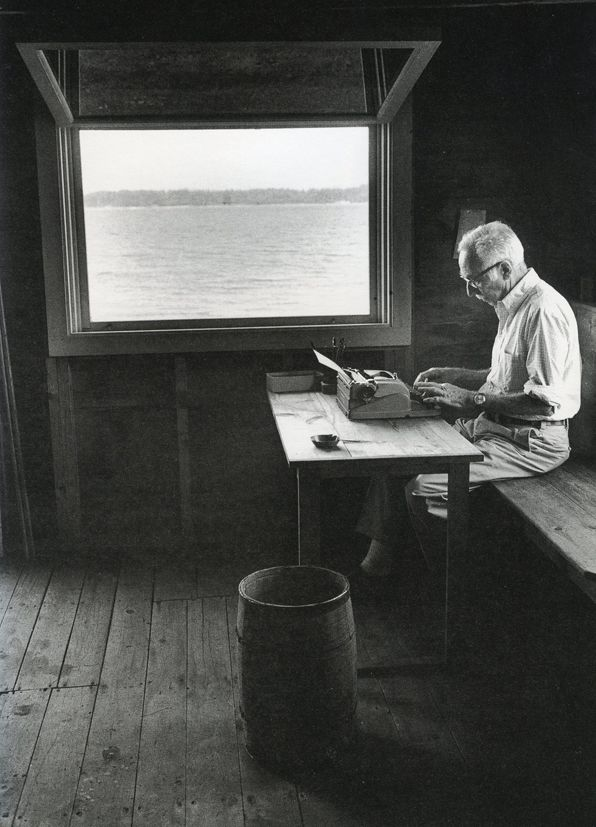 best schrijvers aan het werk images writers  e b white love this essay about the authors home in maine by mira ptacin