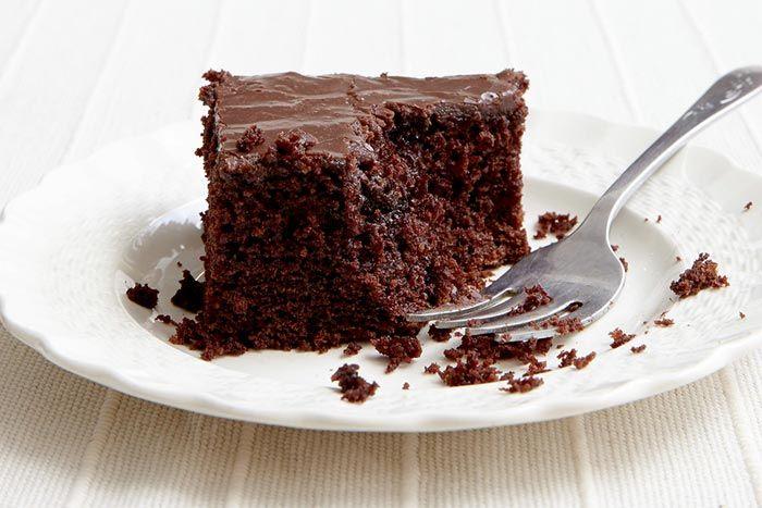 Posni čokoladni kolač na vodi - Potrebno je: 2 čaše brašna, 3 kašike džema (po izboru), prašak za pecivo, 1,5 čaša šećera, 2 čaše vode, kašičica cimeta. Priprema: http://www.posnajela.rs/2015/03/posni-cokoladni-kolac-na-vodi/