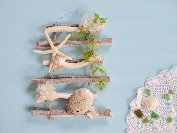 厳しい暑さをやさしく和らげてくれるような壁飾りを作りました白を基調に貝殻、ほんの少しブルーがかかったあじさいがポイントですあわびの貝殻にフィンランド語で貝殻「...|ハンドメイド、手作り、手仕事品の通販・販売・購入ならCreema。