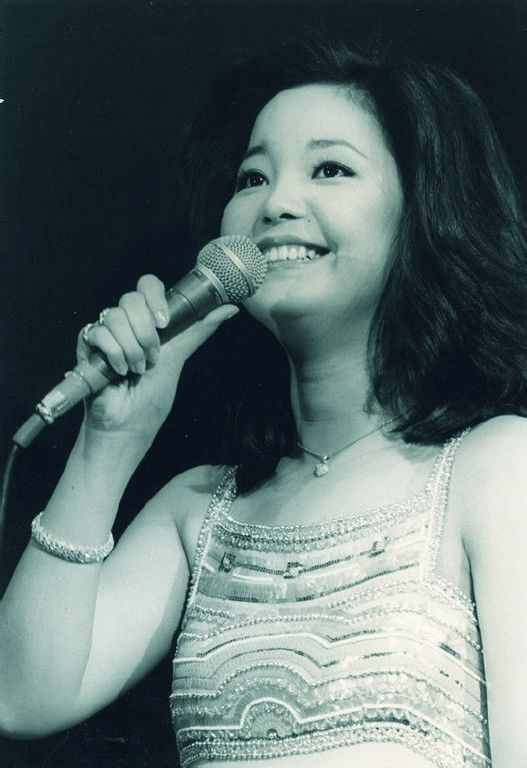 These are stunning portraits of young beautiful Teresa Teng, one of the most talented Asian singers ever, in the 1970s. Description from vintag.es. I searched for this on bing.com/images