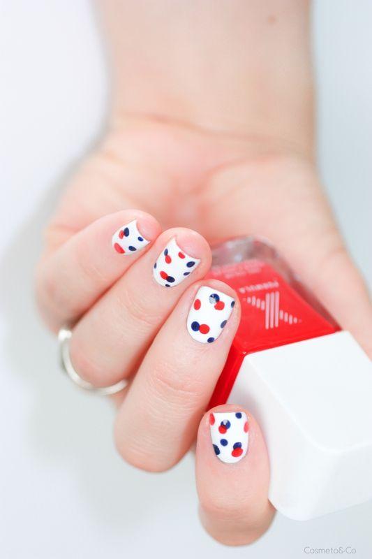 Nail art à pois bleu, blanc, rouge ⚪