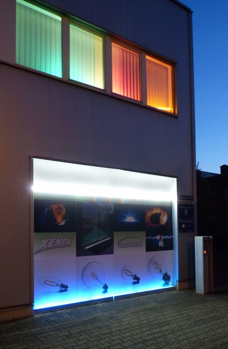 Beleuchtung aus einer Edelstahlwanne mit einer Gabionen LED Leuchte mit Fernbedienung und einem Superhellen LED Neo Band oberhalb der Werbetafel.