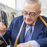 I migliori tessuti, finiture curate nei minimi dettagli, una cura meticolosa nella scelta degli accostamenti, una perfetta vestibilità: questa è la Sartoria Latorre.