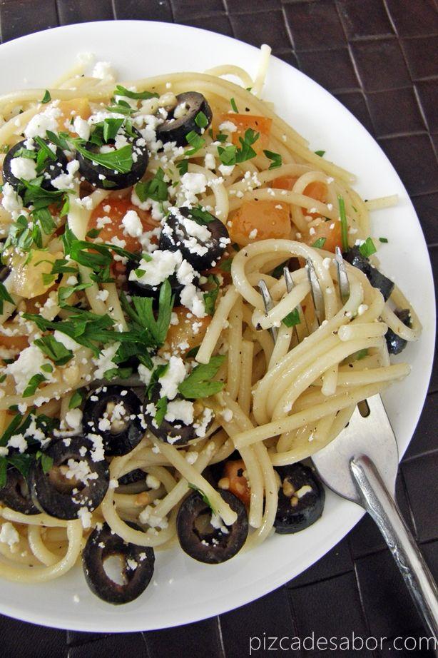Rica Pasta Mediterránea con ingredientes como aceitunas negras, tomate, aceite de oliva y queso feta o fresco. Muy fácil de preparar y lista en 15 minutos.