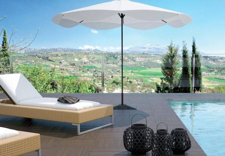 Fotografía de terraza con piscina y cama para tomar el sol, hermoso piso de porcelanatos antideslizantes en tonos marrón tipo madera precortada
