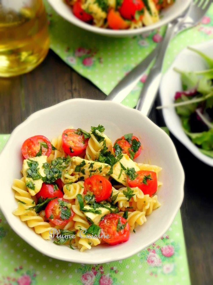 Et si on faisait comme si l'été était là... On connaît tous la classique et délicieuse association tomates-mozzarella en salade. Mais accompagnée de pâtes