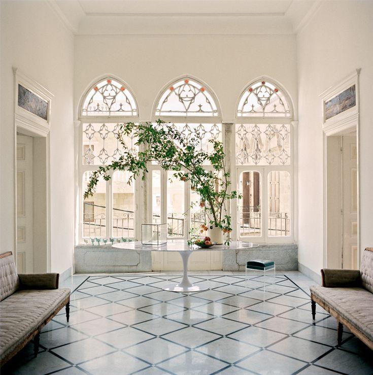 Lumière d' Orient C'est une maison d'été où l'on vient en toute saison, dont les nouveaux propriétaires ont su adapter le style traditionnel à la vie d'aujourd'hui. Une parenthèse épanouie et lumineuse.