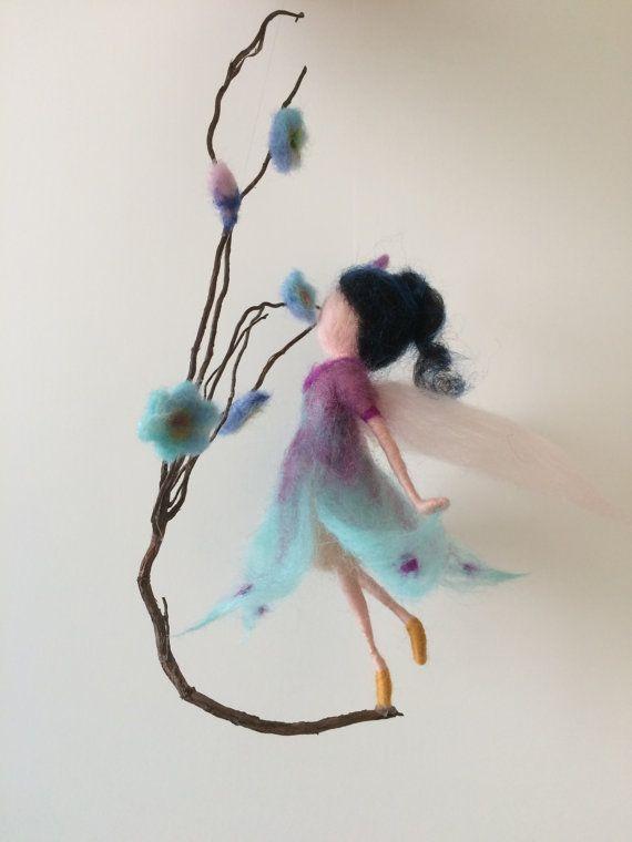 Hadas fieltro aguja Waldorf inspiraron flor que huele de la hada de la flor arte muñeca muñeca móvil miniatura lana Elf hogar decoración regalo