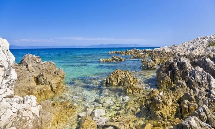 Kroatiassa hiljainen ranta, meren kirkkaus ja merimakkarat.