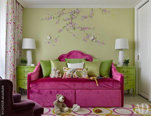 Встроенная мебель и кровать в детской комнате девочки выполнены по эскизам автора. Роспись на стене выполнена художницей Еленой Котеневой.