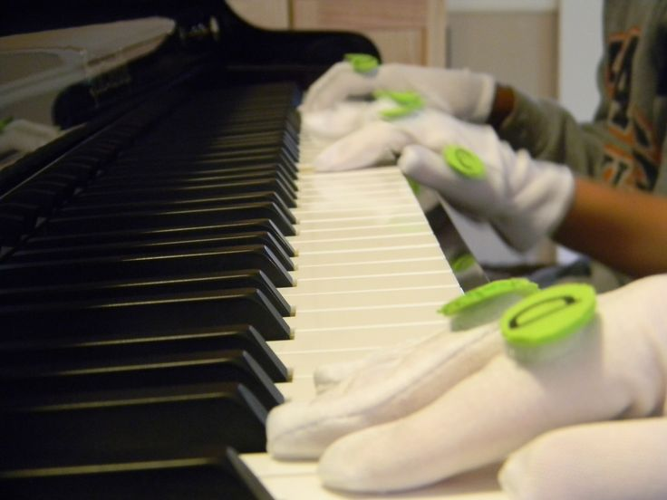 how to teach someone to play piano