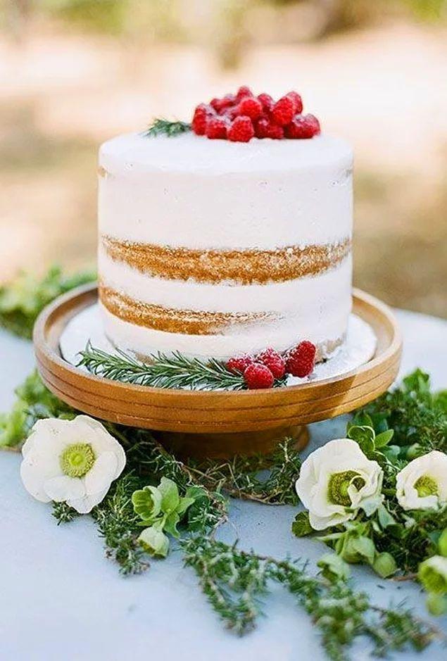 Простой одноярусный свадебный торт в стиле рустик.