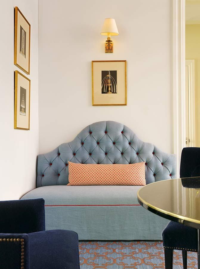 I just love all of the components in this space......from the tufted back velvet bench with  patterned lumbar pillow to the navy side chairs detailed with nail head edging & the small wall sconce over the framed art piece.....each one could stand alone.  (repinned photo only from Palmer Weiss)