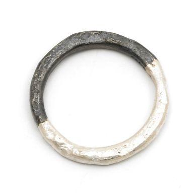 Oxidised Half Ring By Disa Allsop - dwukolorowa, oksydowana obrączka. efekt niestety nie będzie zbyt trwały.