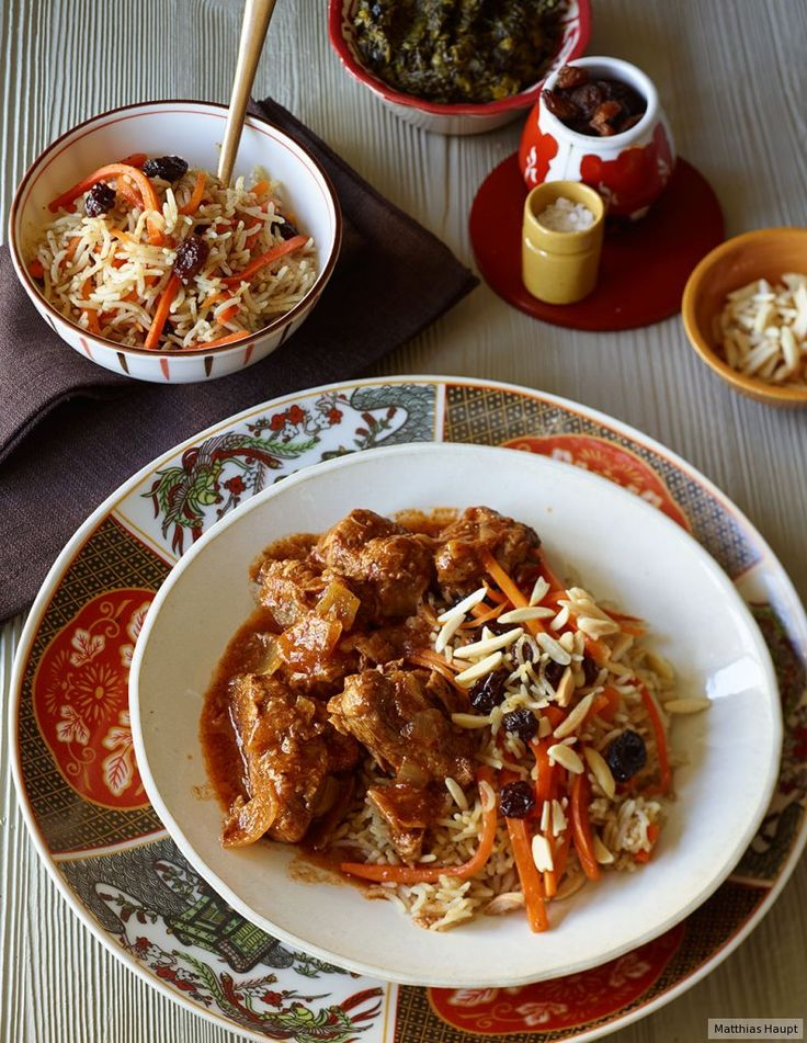 Der würzige afghanische Lammeintopf wird traditionell zu Reis mit Möhren, Mandeln und Rosinen serviert.