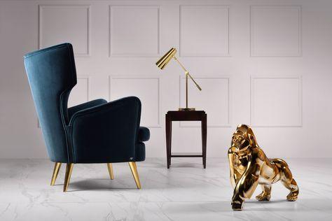 Najnowszy kostium meblowy od Novelle Home Couture to prostota stylu, elegancja i przepych w jednym. Na zdjęciu pełna kolekcja luksusowych mebli: Fotel BOB, stolik Cameo, złota lampa oraz figura Dumny Goryl.