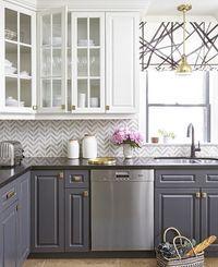 Armários cinza com moldura e puxadores antigos, bancada escura  Revestimento para cozinha
