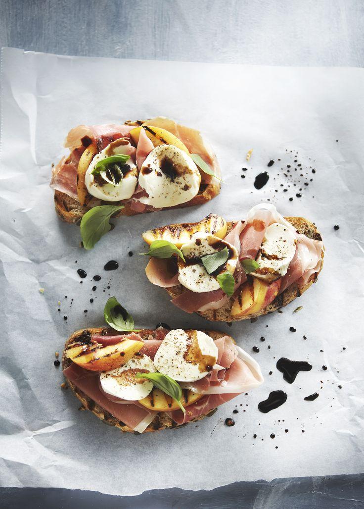 Boodschappen - Bruschetta met rauwe ham, perzik en mozzarella