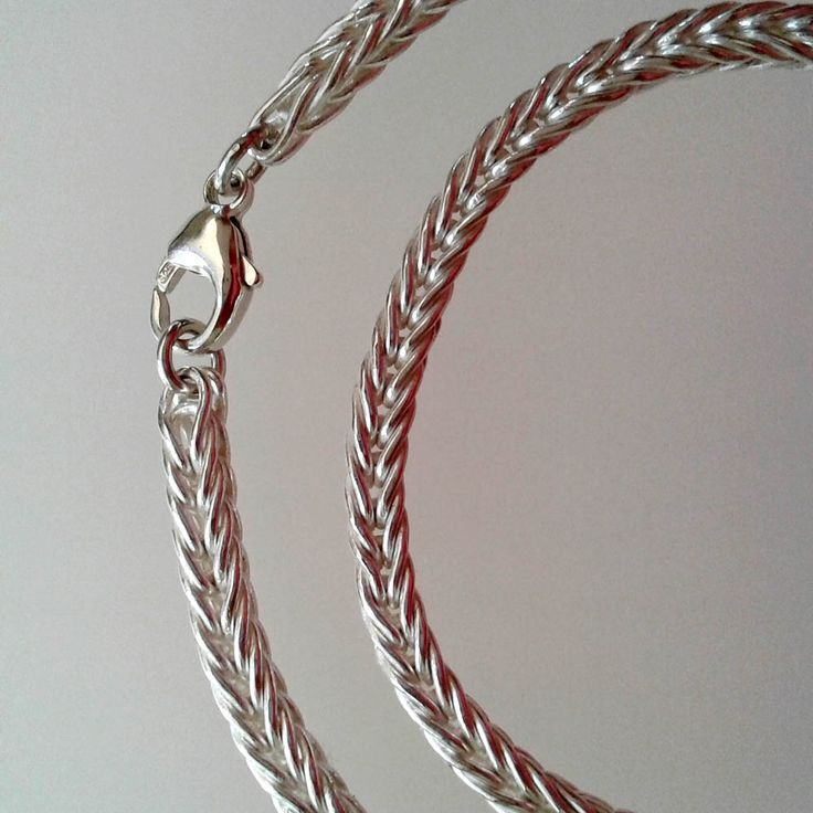 """A fine silver """"loop in loop"""" chain. 4 mm diameter."""