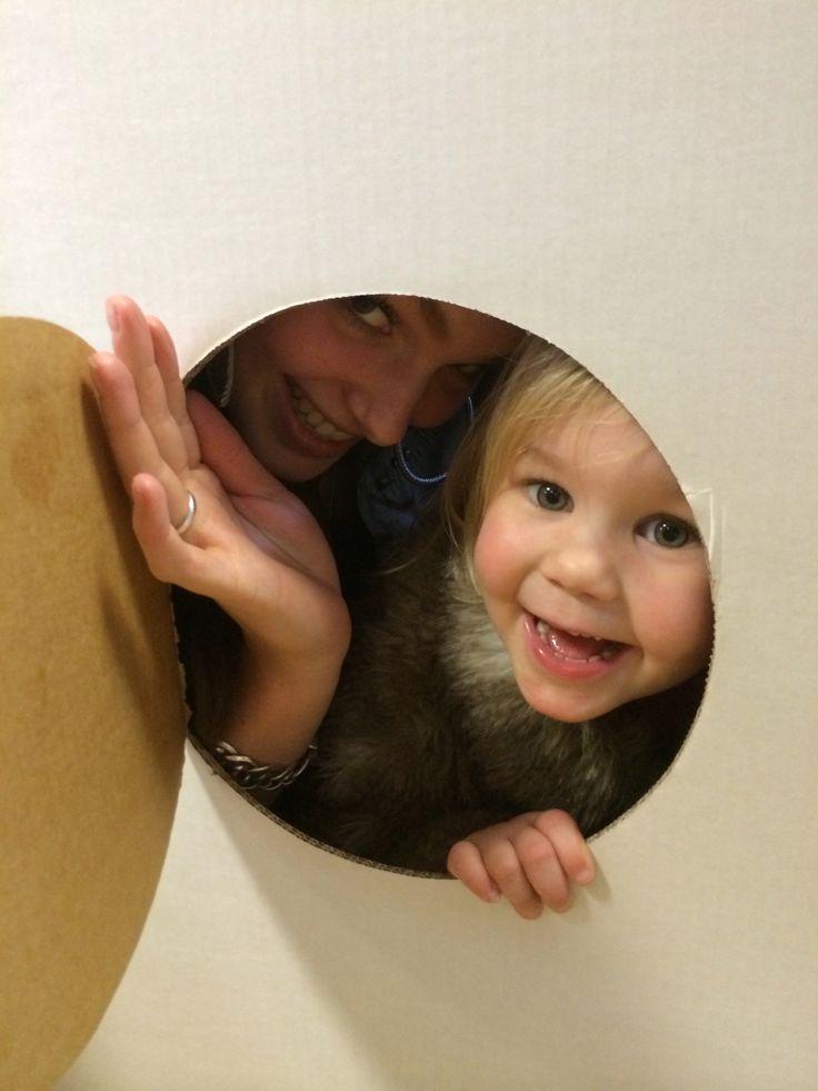 Melissa kruipt in een kartonnen raket om een kindje te vermaken. Lief personeel!!