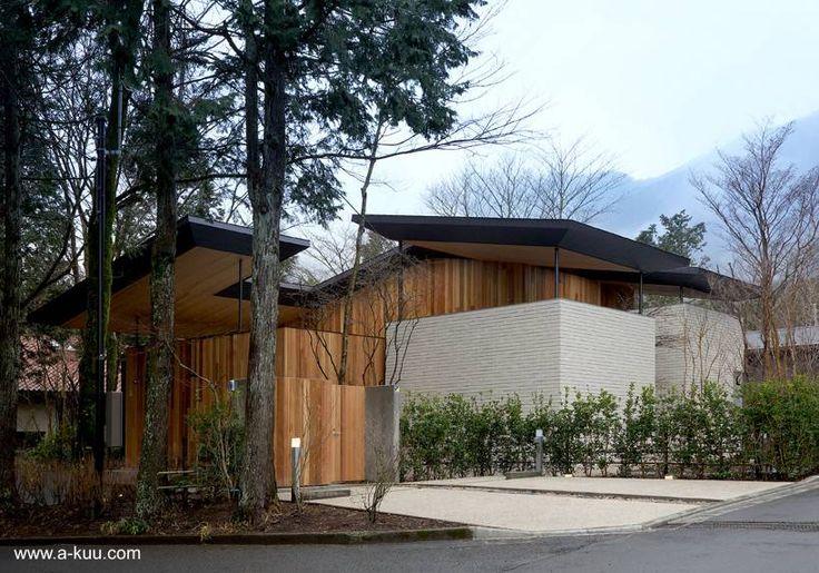 Casa japonesa moderna y tradicional, perspectiva exterior desde la calle