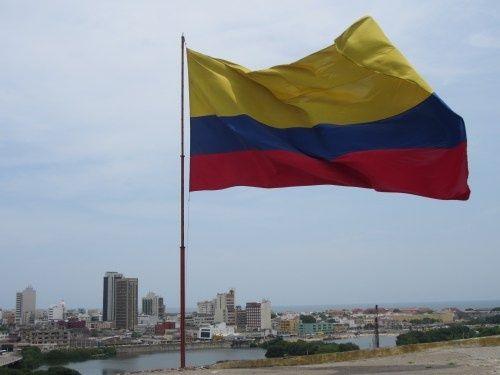 aqui esta es la bandera de Colombia. están muy orgullosos de su nacionalidad