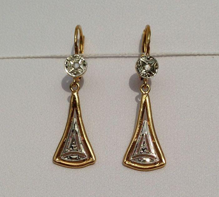 Online veilinghuis Catawiki: Een paar Jugendstil 18 kt gouden oorbellen met diamanten rozen.