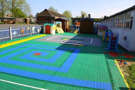 Vorbildlich gestalteter Bodenbelag im Kindergarten mit farbigen Bodenbelag