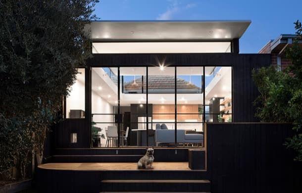 Ampliación de vivienda con mucha luz natural | Curvy House Curvy House es una ampliación de vivienda que se llevó a cabo con mucho estilo y criterio. Aportó al edificio original un nuevo espacio con mucha luz natural el cual fue amueblado a medida.  Ampliación de vivienda en Melbourne  Este proyecto fue realizado con motivo de la ampliación de una casa de ladrillo de Melbourne (Australia). Había que añadirle un anexo para espacio de vida y debía estar conectado al patio trasero.  No tenemos…