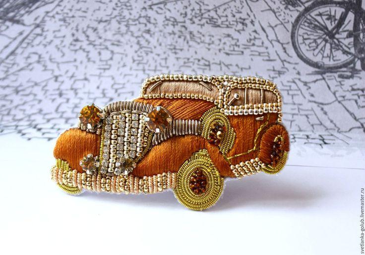 Купить или заказать Брошь Ретроавтомобиль в интернет-магазине на Ярмарке Мастеров. Вышитая брошь Ретроавтомобиль в продолжение моей серии ретро брошей. Выполнена в технике объемной вышивки с использованием шелковых нитей, канители, трунцала нескольких видов, страз и стразовой ленты, японского бисера Тохо. Брошь представляет собой модель Rolls-Royce 1929 года с двумя запасными колесами. Четыре фары выполнены из страз разного размера, которые за счет своих множественных граней…