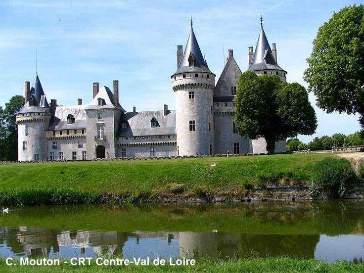 Photos de Sully-sur-Loire et de Briare (Loiret) dans le Val de Loire, France: le château de Sully-sur-Loire et le pont-canal de Briare.