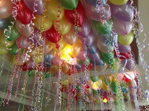 Like this balloon ceiling? Renting a helium tank is your best option for filling so many balloons. #BalloonDecoration #Parties